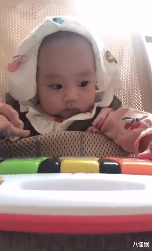 羅仲謙曬5個月大女兒,珍珠彈琴為爸媽慶結婚周年,一臉得意萌翻-圖6