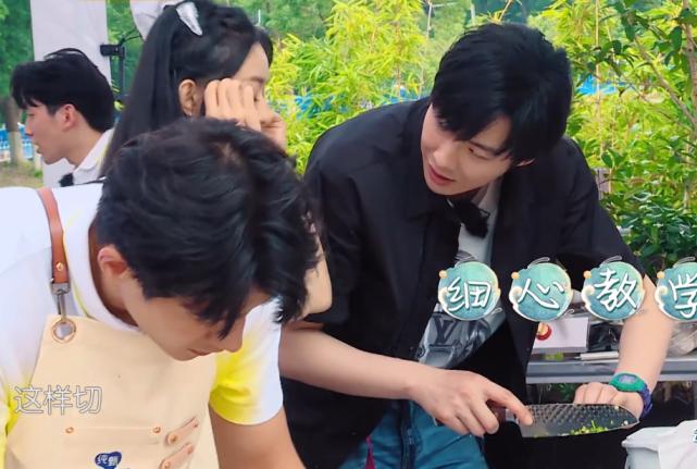 趙麗穎握刀手法錯誤,劉宇寧著急的忘喊姐,導演也不幫他改字幕-圖10