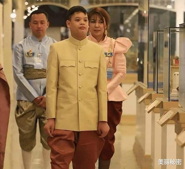 泰王15歲兒子奢華無度,隨從侍女滿身穿戴黃金,保鏢背大金鏈-圖8