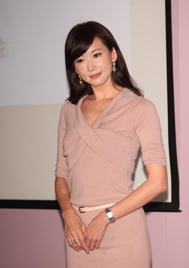"""林志玲才是""""尤物身材"""",穿紫色抹胸裙身段苗條,盤發造型更優雅-圖7"""