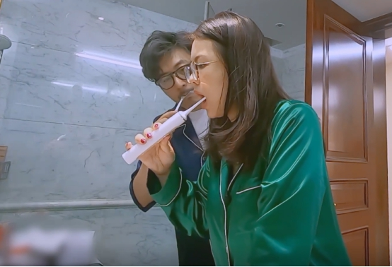 李湘隻刷牙不洗臉?看到她刷牙時手上的東西後,網友:有錢就是好-圖4