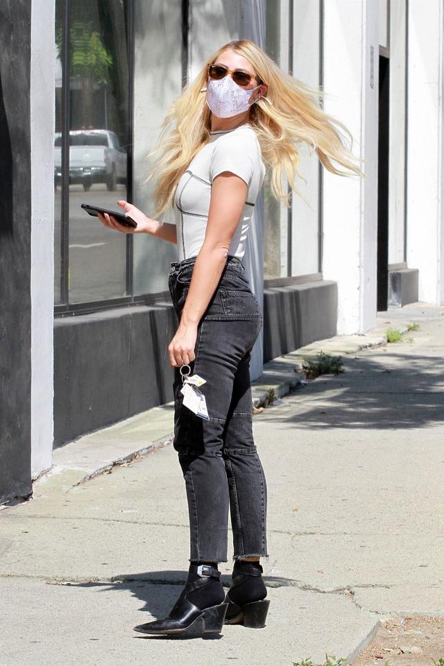 女星艾瑪·斯萊特現身洛杉磯街頭,她有著迷人的氣質-圖6