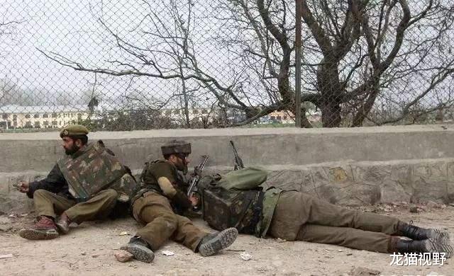 大批武裝分子凌晨越境,向印軍士兵直接開槍,多人死傷一片慘烈-圖2