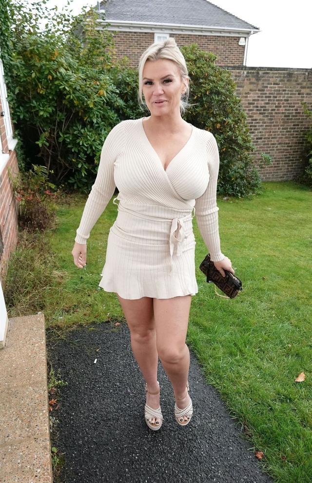 女星凱麗·卡托娜現身蘇塞克斯,她有著不凡的魅力-圖2