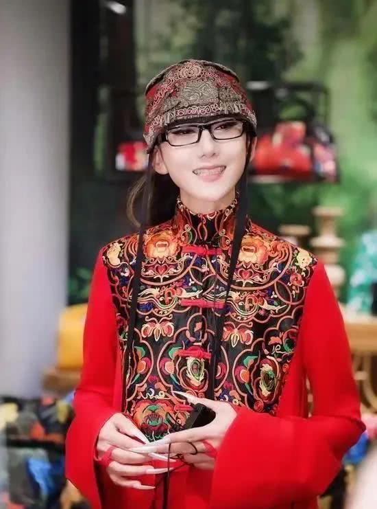 杨丽萍当女儿疼的两个孩子:小彩旗辜负她,水月与同性举行婚礼- 娱乐资讯(存满娱乐网)