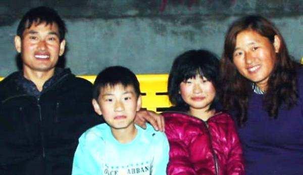 朱之文女兒朱雪梅變潮妹,著格紋上衣搭帆佈鞋,與弟妹並肩似姐妹-圖2
