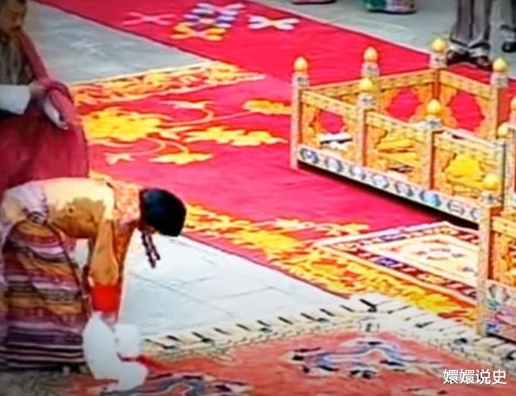 不丹也有跪拜制度!21歲佩瑪大婚時跪丈夫,姿勢標準不輸蘇提達-圖6