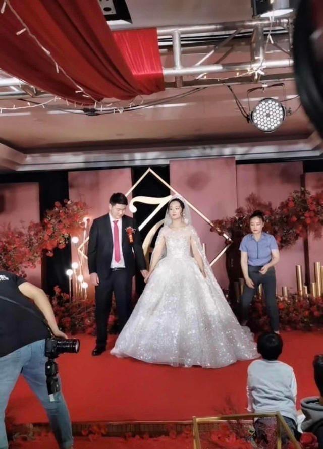 朱之文兒子結婚,婚禮現場滿滿的商業氣息,合影時嶽父一臉不滿意-圖6