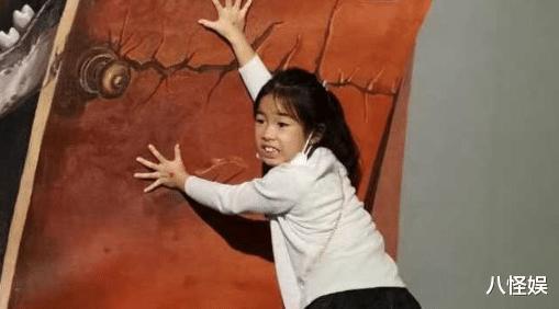 黃奕帶女兒看畫展,7歲黃芊玲越長越像黃毅清,表情超多變戲精-圖8