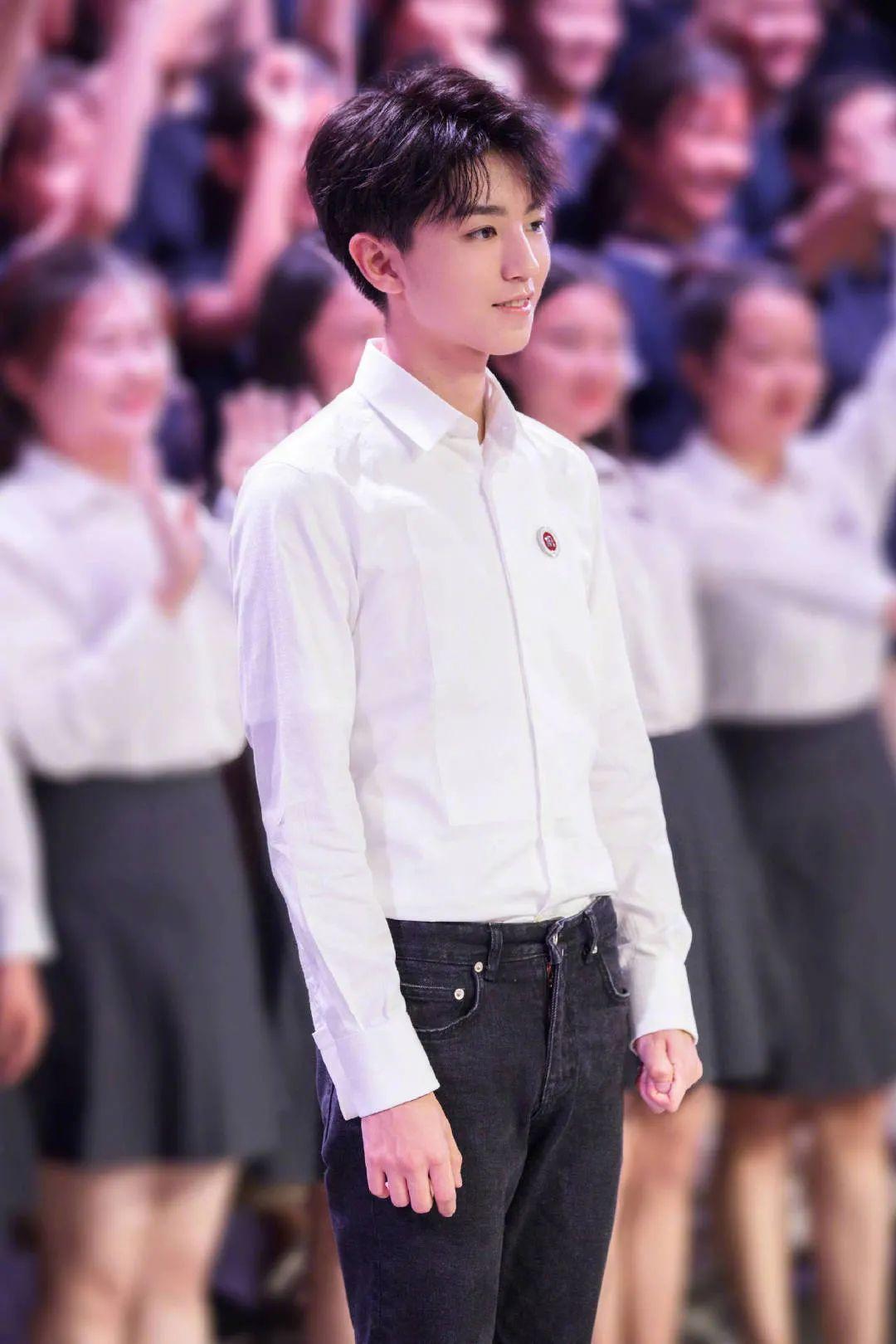 王俊凱校園未見過視頻公開,清唱校歌,還大方表白自己的老師!-圖5