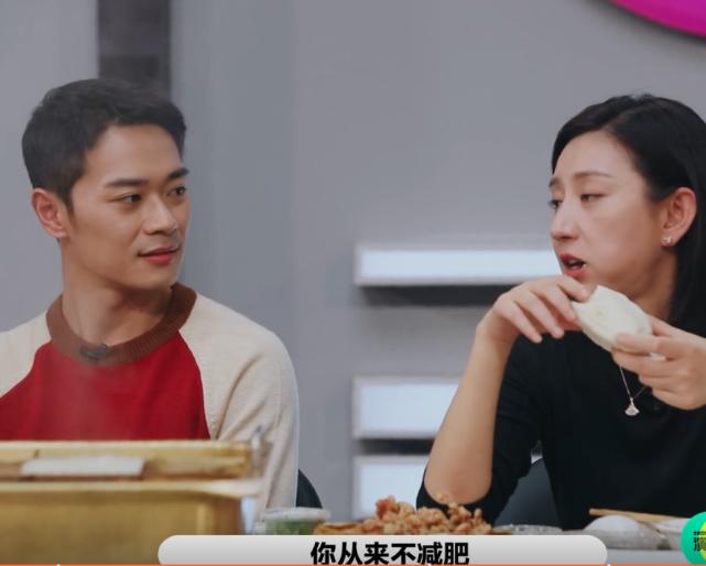 演員2:節目組請吃火鍋,註意唐一菲配的主食?頭一回見這吃法-圖8