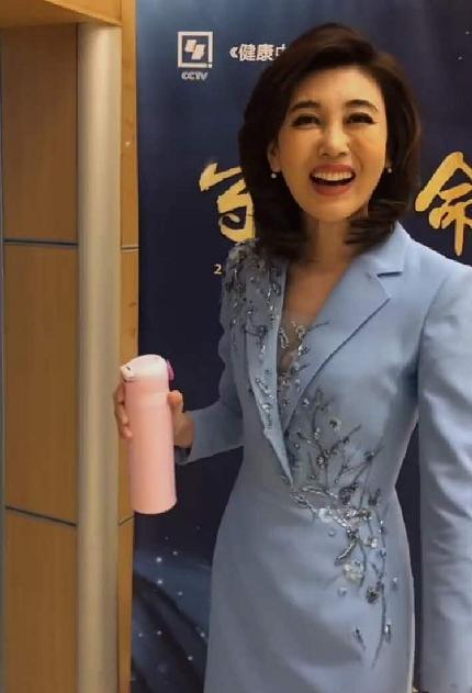 央視女神李紅回歸!穿紫色亮片西裝顏值又創新高,牛奶肌白到發光-圖7