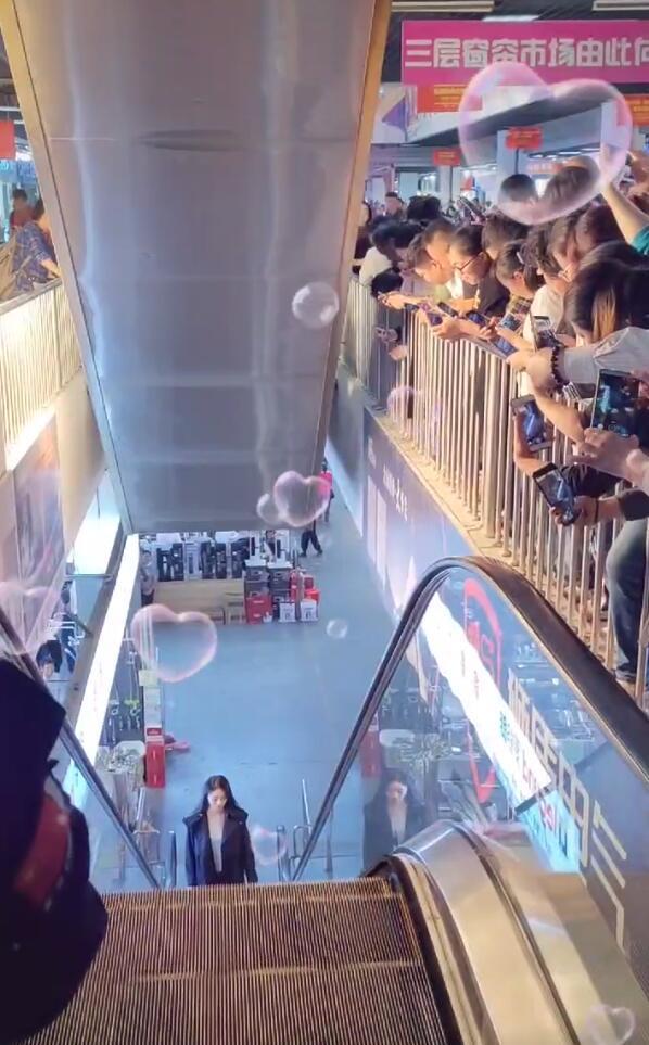 趙麗穎商場拍戲,懟臉拍顏值抗打,室內撐傘惹爭議粉絲瘋狂追拍-圖6