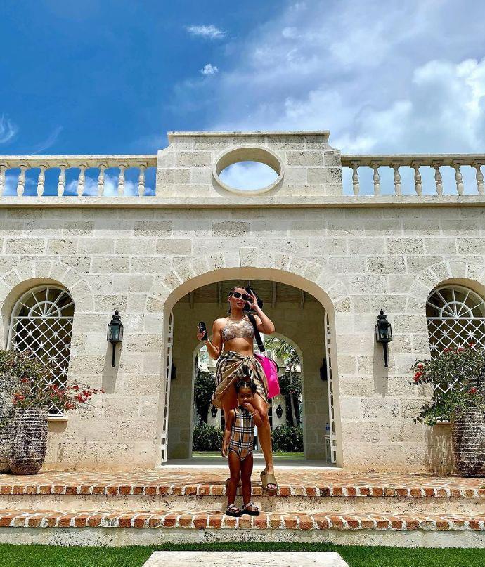 科勒·卡戴珊秀最新時尚造型,變化真大,和女兒一起賣萌太美瞭-圖5