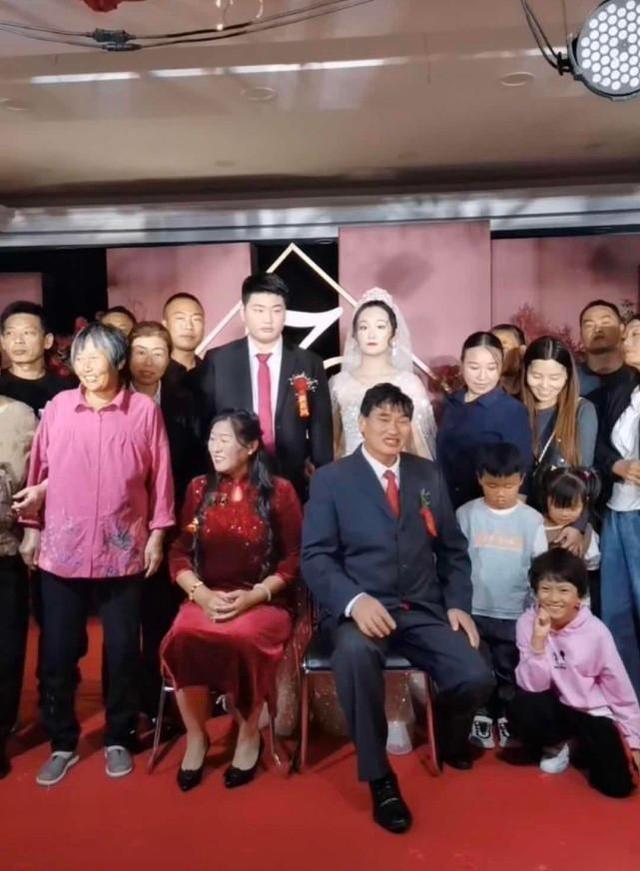 朱之文兒子結婚,婚禮現場滿滿的商業氣息,合影時嶽父一臉不滿意-圖10