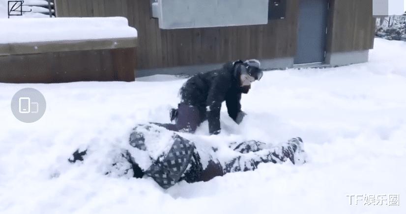王源拍摄期间把雪塞到助理脖子里,但他对前助理史强更狠,太皮了