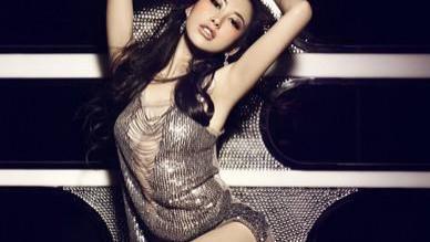 连续六年上榜全球最美面孔的她,复古赫本造型看秀,35岁也很迷人