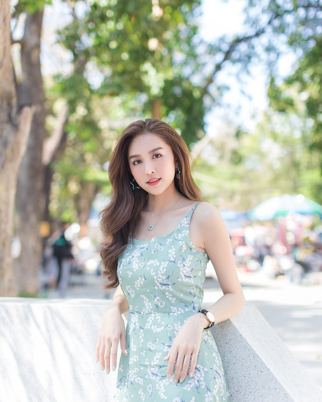 浅绿色印花连衣裙搭配玄色名表