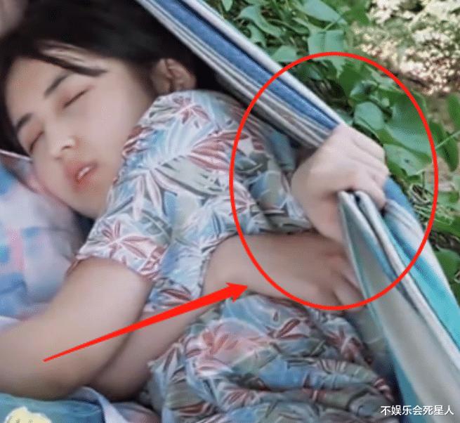 娜比張子楓一起躺吊床,看清娜比手放的位置,真實人品一望而知-圖5