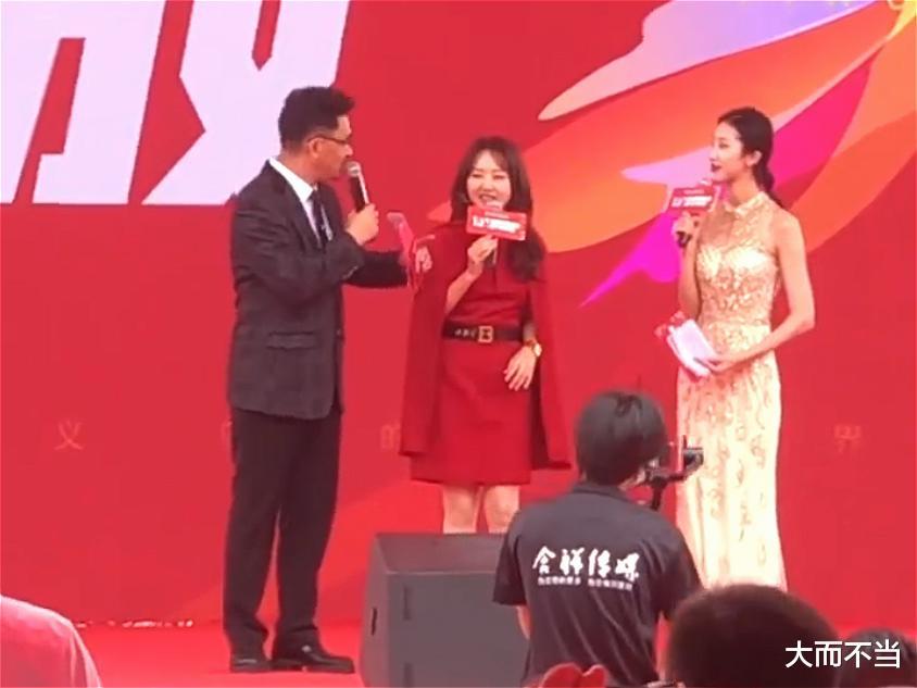 49歲楊鈺瑩國慶商演忙,為趕場坐電瓶車畫面喜人,網友:超敬業!-圖4