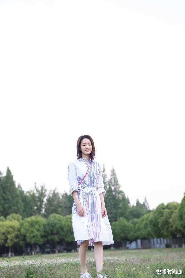 李沁的少女感好強,穿白色連衣裙身材好有型,看起來更像十八-圖5