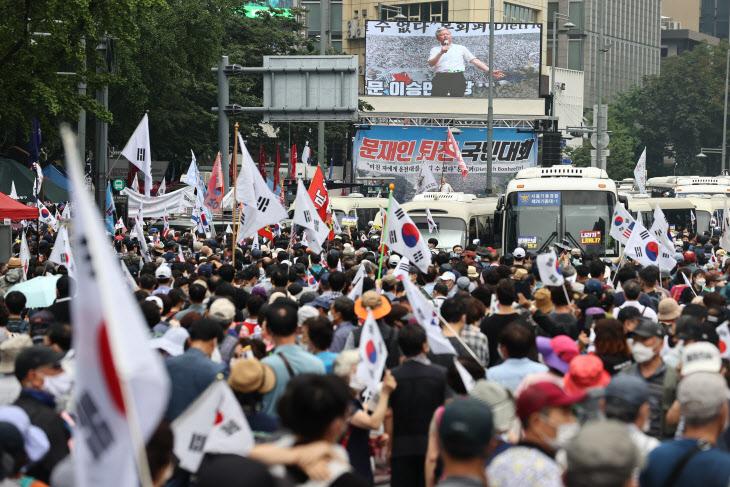 這個國傢是你個人的嗎:韓國上萬人集會 要求罷免文在寅-圖3