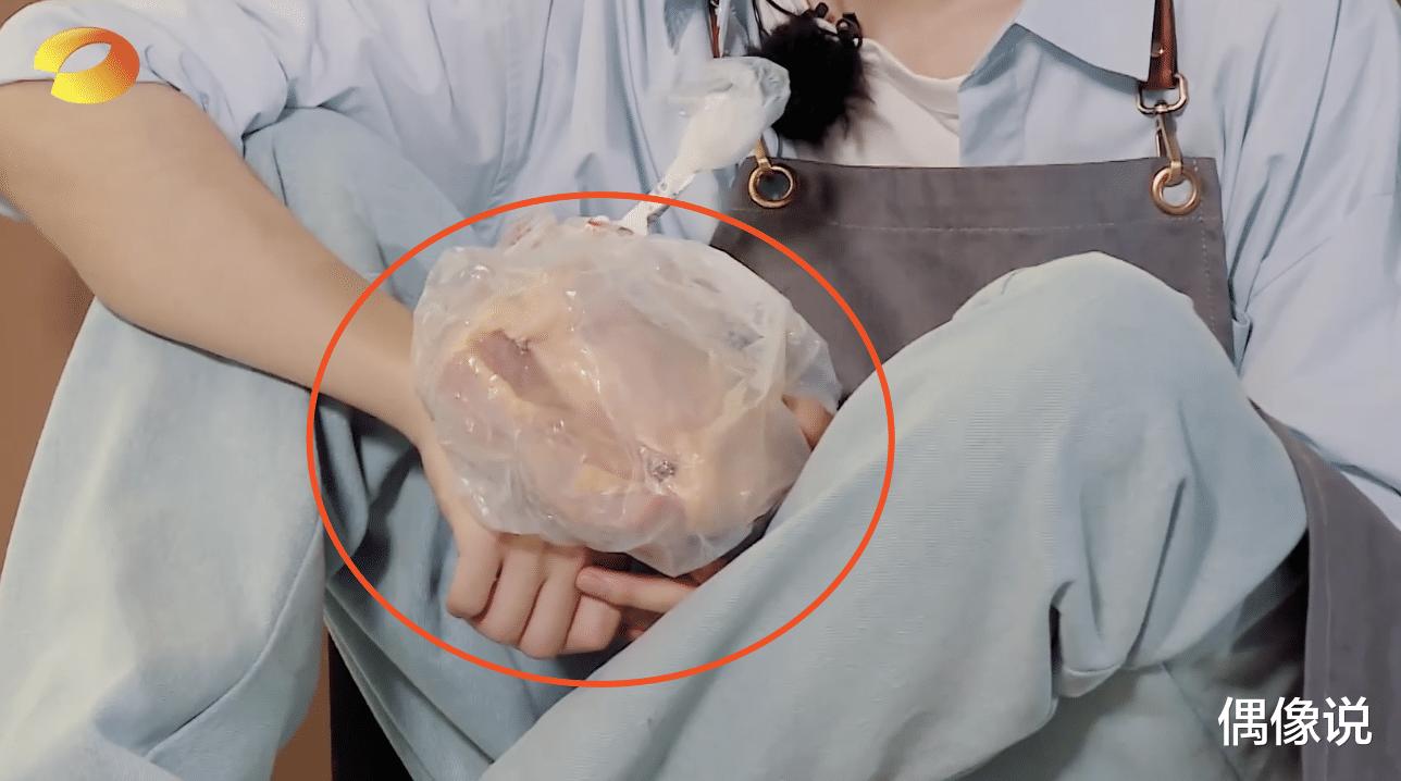 王俊凱錄節目被熱油燙傷!處理方式顯心酸,劉宇寧和張亮反應很暖-圖6