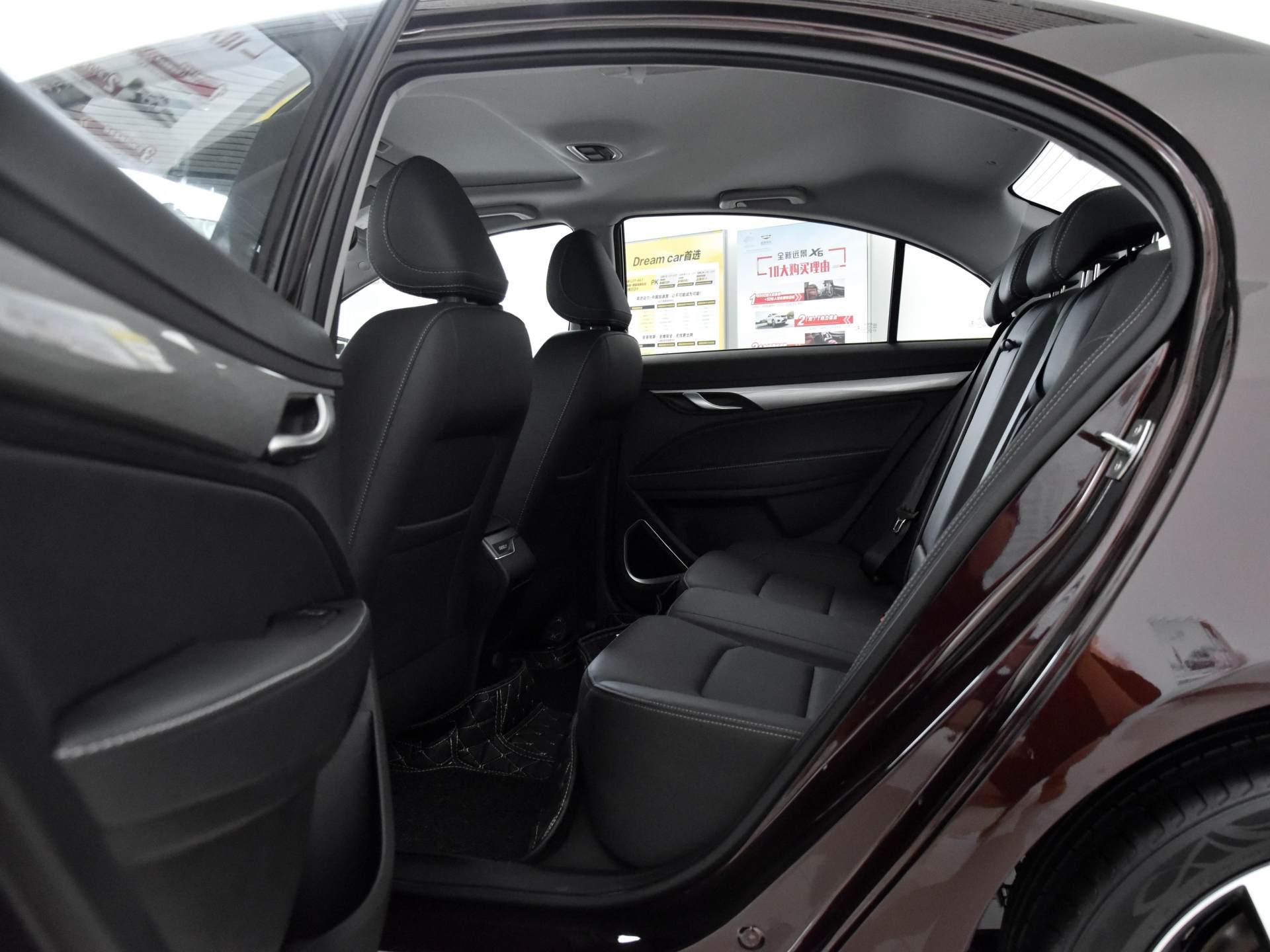 吉利造出親民小傢轎,2650mm軸距空間大,7萬價格配CVT,看瞭想入手-圖5