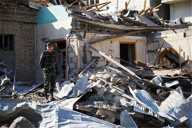 調停失敗!阿塞拜疆第二大城市遭襲,大批火箭彈擊中市中心大樓-圖2
