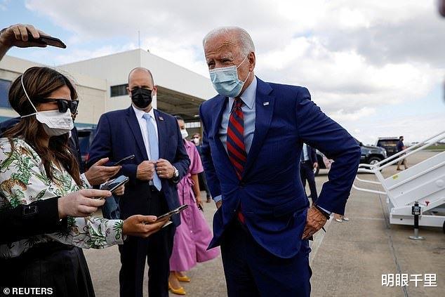 拜登上飛機前在機場接受采訪,距離記者2米時被夫人一把拽住-圖2