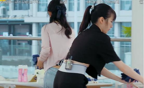 《中餐廳》倆女生都穿露臍裝,趙麗穎生娃痕跡明顯,李浩菲太少女-圖8