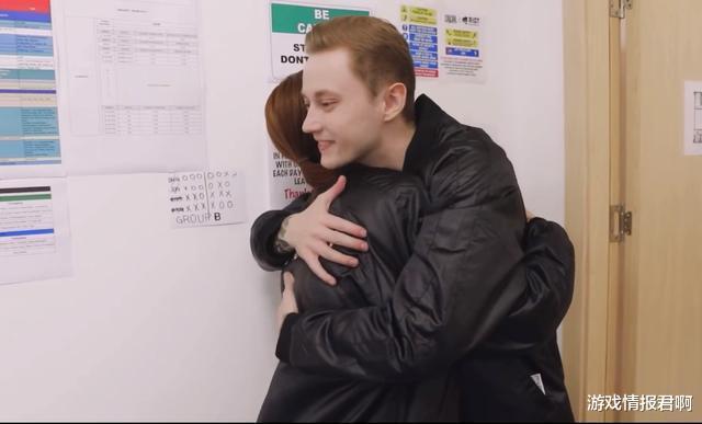 """餘霜賽前探班歐城,穿""""情侶裝""""互相擁抱,並且還是兩次擁抱。不知管大校怎麼看-圖4"""