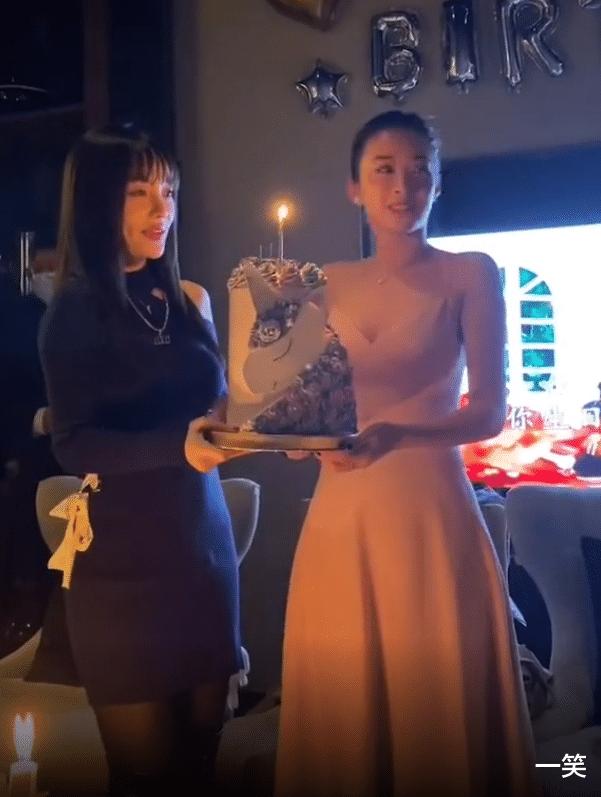 李小璐為好閨蜜慶生,暖心為閨蜜手捧蛋糕,閨蜜意外撞臉馬蘇-圖6