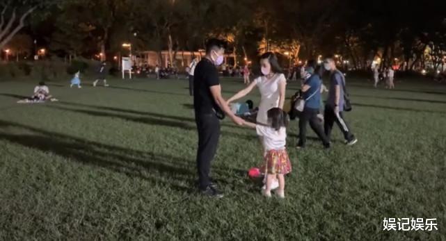 郭富城方媛草坪上撒糖,兩人拉著女兒轉圈圈,一傢人超幸福-圖2