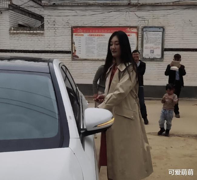 大衣哥兒媳婦展現強大的經濟實力!與父親開兩臺奔馳車看望朱之文-圖3