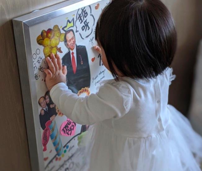 辛奇隆女兒愛耍酷,荷包蛋開玩具車還戴墨鏡,拍照比何超盈自信-圖4