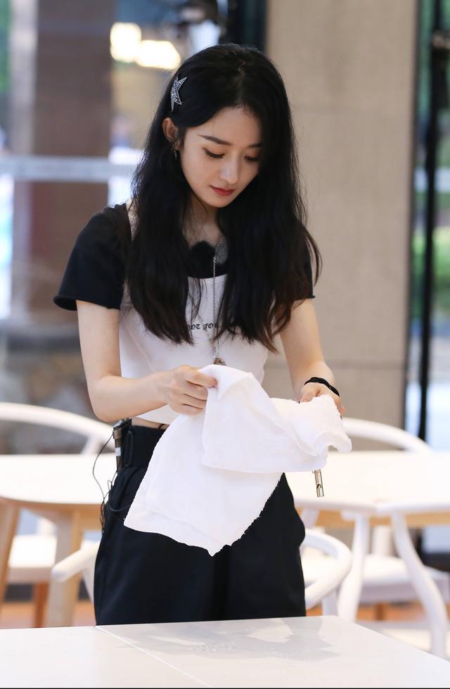 趙麗穎一改往日形象,穿純白色連衣裙,優雅時尚風情萬種-圖4