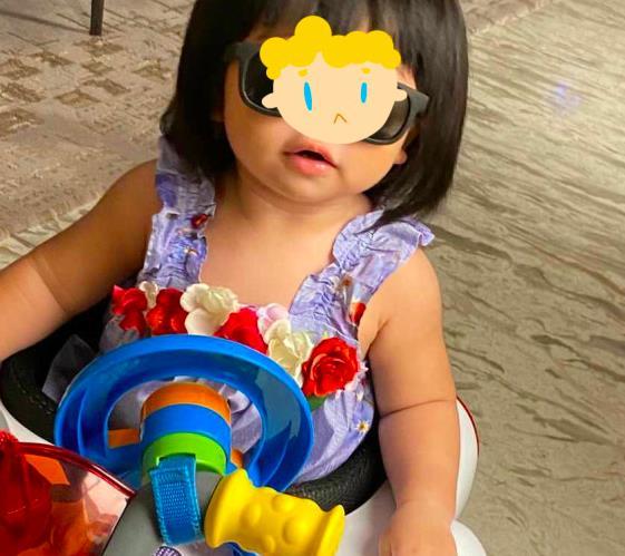 辛奇隆女兒愛耍酷,荷包蛋開玩具車還戴墨鏡,拍照比何超盈自信-圖3