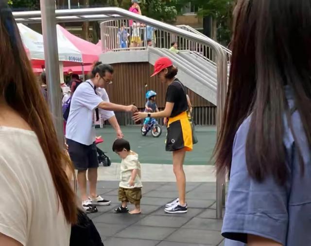 陳意涵一傢三口草地野餐,畫面溫馨幸福,1歲兒子軟萌可愛像爸爸-圖7