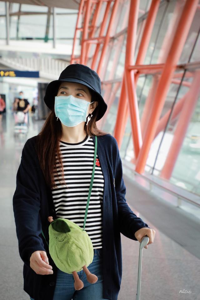 曾黎真是時光美人,條紋衫漁夫帽走機場,歪頭比耶俏皮靈動如少女-圖2