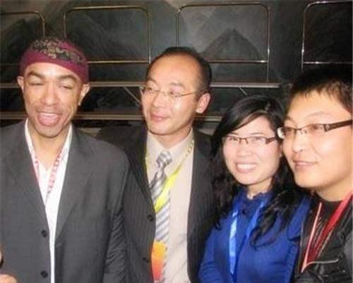他是奧巴馬親弟弟,放棄高薪來中國發展,還娶河南美女,現今怎樣-圖3
