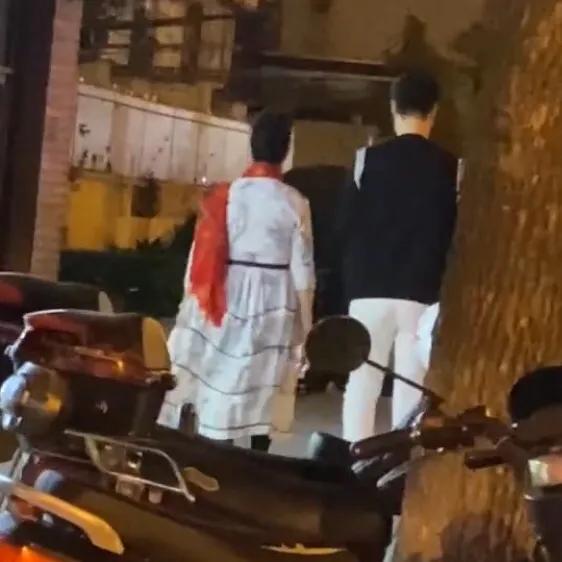 范冰冰爸媽現身街頭被偶遇,兩人氣質出眾,引超高回頭率-圖3