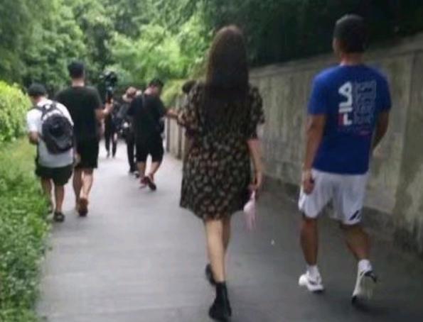 張繼科與陌生女子從小區走出,看清女方是誰,粉絲:早該想到的-圖3