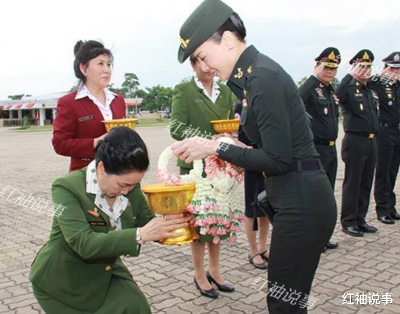 西拉米軍裝照美翻瞭,一顰一笑驚艷時光,不愧是泰國最美王妃-圖3