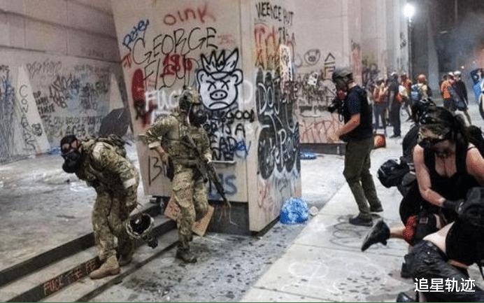 騷亂愈演愈烈!美軍裝甲車武力清場,至少8人被當場撞死-圖4