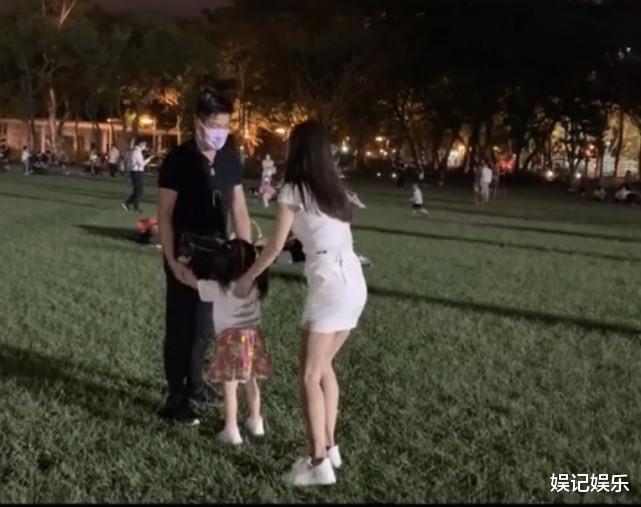 郭富城方媛草坪上撒糖,兩人拉著女兒轉圈圈,一傢人超幸福-圖6
