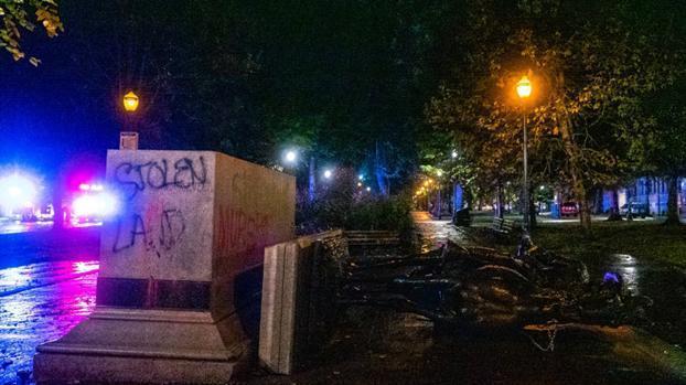 """這又是為什麼?美國反種族主義抗議者推倒""""奴隸解放者""""林肯雕像-圖4"""