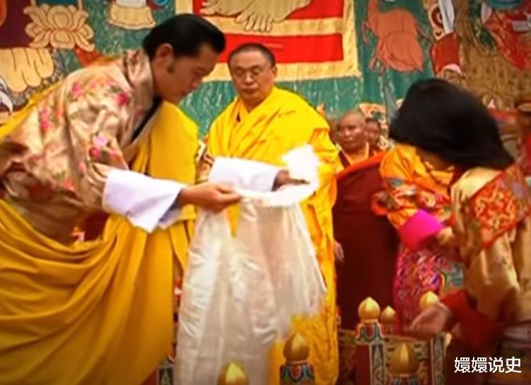 不丹也有跪拜制度!21歲佩瑪大婚時跪丈夫,姿勢標準不輸蘇提達-圖5