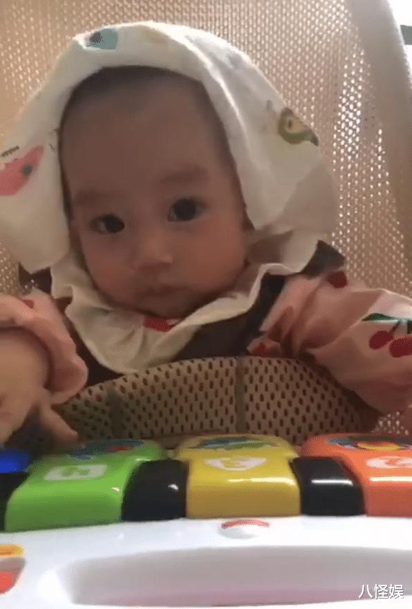 羅仲謙曬5個月大女兒,珍珠彈琴為爸媽慶結婚周年,一臉得意萌翻-圖7