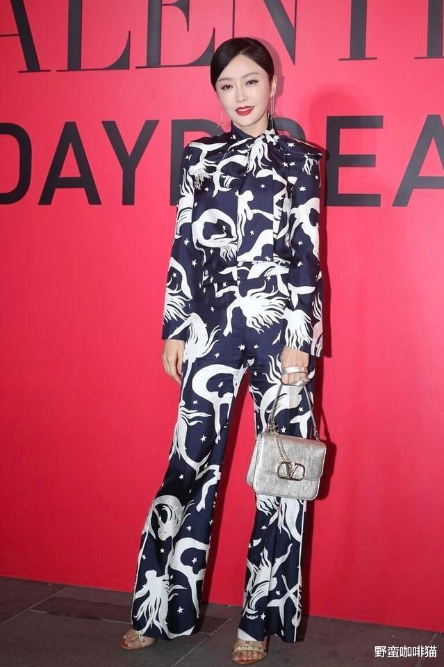 秦嵐為展示好身材也是有妙招,穿波點連衣裙露背,腰細腿長更性感-圖7